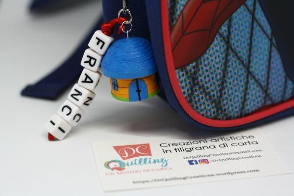 accessorio per lo zainetto dei bimbi con nome e casetta in filigrana di carta